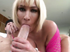 Melanie Monroe with bubbly bottom gets down and