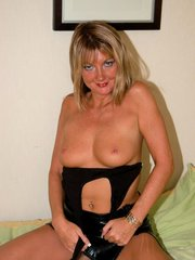 Sex starved mature babe spreading her sexy thighs to cram her wet cooze with huge dildos live